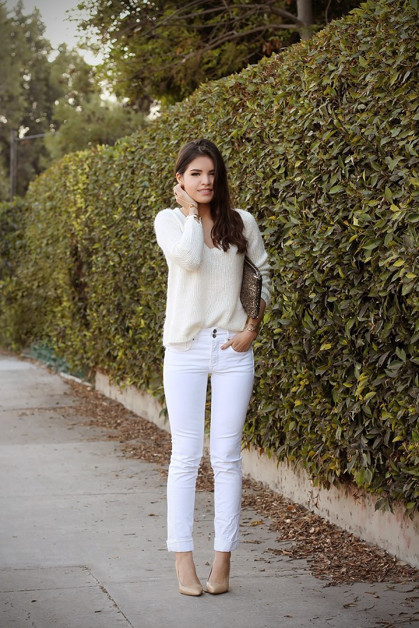 02-white-jeans-jumper-gold-accesories-sequin-clutch-steve-madden-nude-pumps (2)